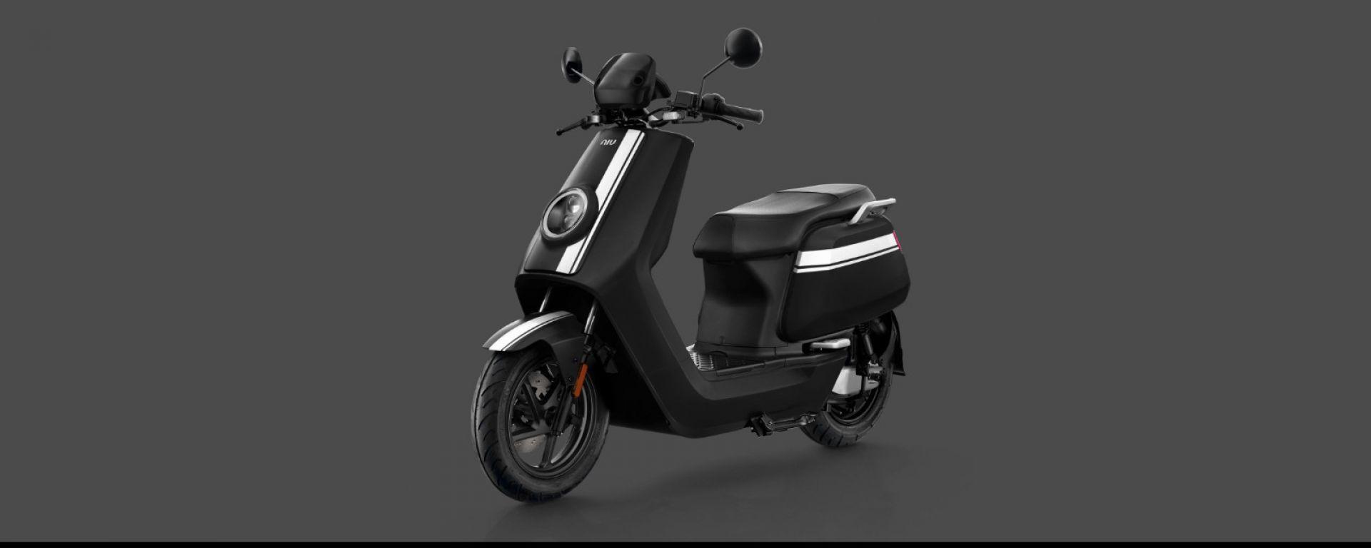 Niu NQi GTS 2020 nella colorazione nera e bianca