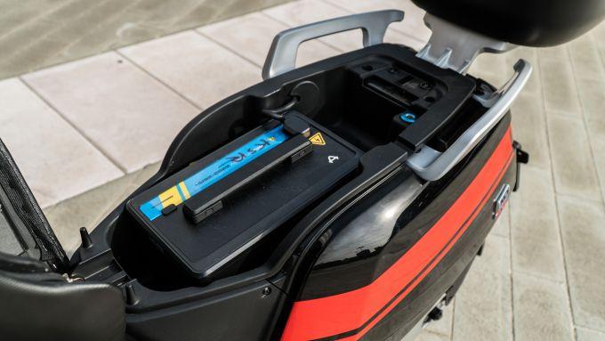NIU NQi GTS Sport: una batteria è nel sottosella, l'altra sotto la pedana