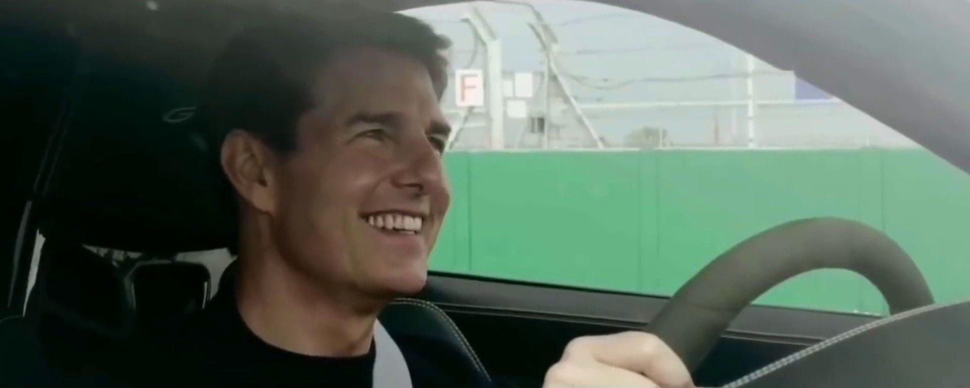 Non fidatevi di quel sorriso, Tom Cruise sulla Porsche 911 GT3 a Silverstone ha intenti bellicosi