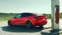 Novitec Tesla Model 3 alla colonnina di ricarica