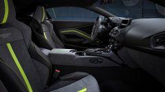 Nuova Aston Martin Vantage F1 Edition: l'abitacolo con finiture in verde fluo
