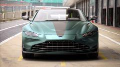 Nuova Aston Martin Vantage F1 Edition: una vista frontale della Vantage F1 Edition