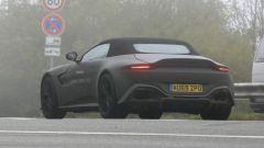 Nuova Aston Martin Vantage Volante: il posteriore con fari a LED, estrattore e quattro tubi di scarico