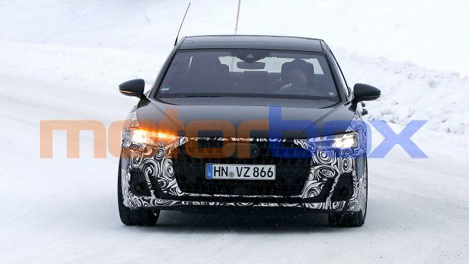 Nuova Audi A8: frontale inedito grazie a fari e calandra ridisegnati