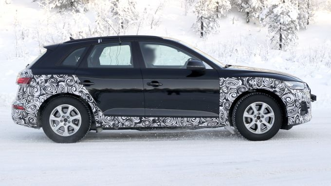 Nuova Audi Q5 2020: le pellicole nascondono il nuovo design dei fianchi