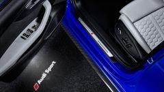 Nuova Audi RS 4 2017: la scritta Audi Sport viene proiettata per terra quando si apre lo sportello