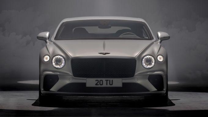 Nuova Bentley Continental GT Speed: il frontale con la generosa griglia scura e i fari a LED