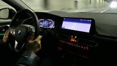 Nuova BMW 118i Sport DCT: al buio le luci ambiente illuminano portaoggetti e maniglie