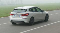 Nuova BMW 118i Sport DCT: il 3/4 posteriore con la firma luminosa dei proiettori a LED