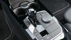Nuova BMW 118i Sport DCT: il tunnel centrale con la leva del cambio automatico e i pulsanti per la gestione della vettura