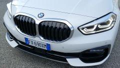 Nuova BMW 118i Sport DCT: la nuova grande calandra con il motivo a