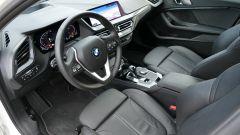 Nuova BMW 118i Sport DCT: l'abitacolo con i sedili sportivi e la plancia con i display digitali