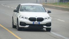 Nuova BMW 118i Sport DCT: questa versione ha di serie profili carrozzeria e gusci specchio in nero lucido