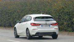 Nuova BMW 118i Sport DCT: una vista dinamica del 3/4 posteriore