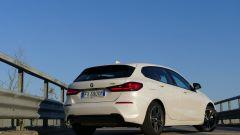 Nuova BMW 118i Sport DCT:i proiettori posteriori che sconfinano nel portellone del babagliaio
