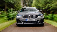 BMW 545e xDrive, Serie 5 plug-in hybrid si fa in 6 (cilindri) - Immagine: 3