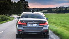 BMW 545e xDrive, Serie 5 plug-in hybrid si fa in 6 (cilindri) - Immagine: 4