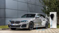 BMW 545e xDrive, Serie 5 plug-in hybrid si fa in 6 (cilindri) - Immagine: 6