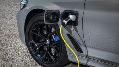 BMW 545e xDrive, Serie 5 plug-in hybrid si fa in 6 (cilindri) - Immagine: 7
