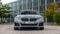 BMW 545e xDrive, Serie 5 plug-in hybrid si fa in 6 (cilindri) - Immagine: 10