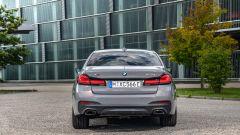 BMW 545e xDrive, Serie 5 plug-in hybrid si fa in 6 (cilindri) - Immagine: 11