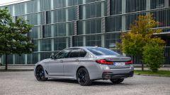 BMW 545e xDrive, Serie 5 plug-in hybrid si fa in 6 (cilindri) - Immagine: 12