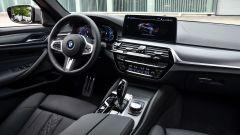 BMW 545e xDrive, Serie 5 plug-in hybrid si fa in 6 (cilindri) - Immagine: 16