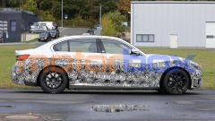 Nuova BMW i3: una vista di profilo della berlina EV di Monaco