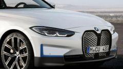 Nuova BMW i4: il muso con la grande e discussa calandra a doppio rene verticale