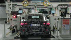Nuova BMW i4: un muletto durante il collaudo dei fari a LED e delle sospensioni