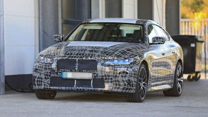 Nuova BMW i4: un prototipo durante i collaudi su strada