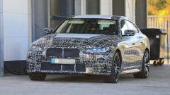 Nuova BMW i4: un prototipo fa il pieno di energia elettrica