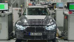 Nuova BMW i4: un prototipo in una sala prove durante i collaudi statici.