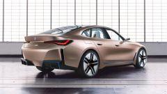 Nuova BMW i4: una vista di 3/4 posteriore del concept