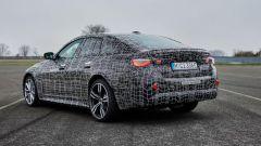 Nuova BMW i4: una vista di 3/4 posteriore