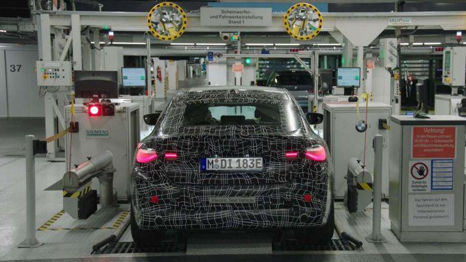 Nuova BMW i4: uno dei muletti fotografato durante il collaudo di fari e sospensioni