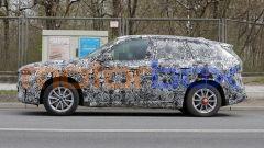 Nuova BMW iX1: il muletto ancora molto mimetizzato