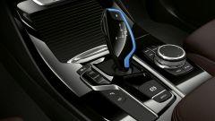 Nuova BMW iX3: i dettagli blu del cambio