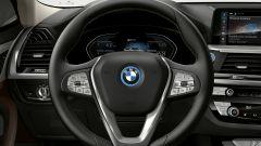 Nuova BMW iX3: il volante con il logo circondato da un cerchio blu