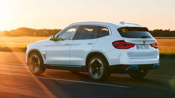 Nuova BMW iX3: visuale di 3/4 posteriore