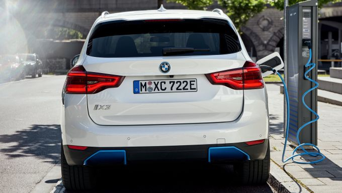 Nuova BMW iX3: visuale posteriore