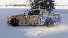 Nuova BMW M2 Coupé: dal profilo si intuiscono le forme compatte