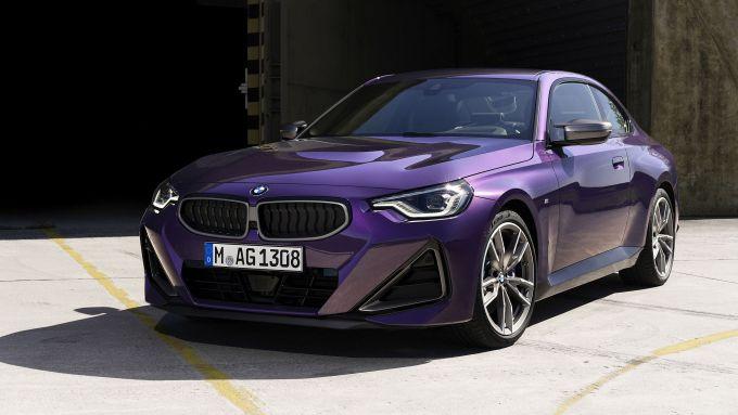 Nuova BMW M240i xDrive Coupé: visuale di 3/4 anteriore
