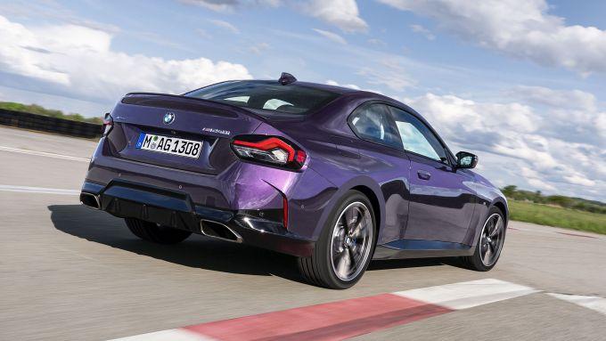 Nuova BMW M240i xDrive Coupé: visuale di 3/4 posteriore