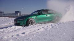 Nuova BMW M3 2021 di traverso sulla neve