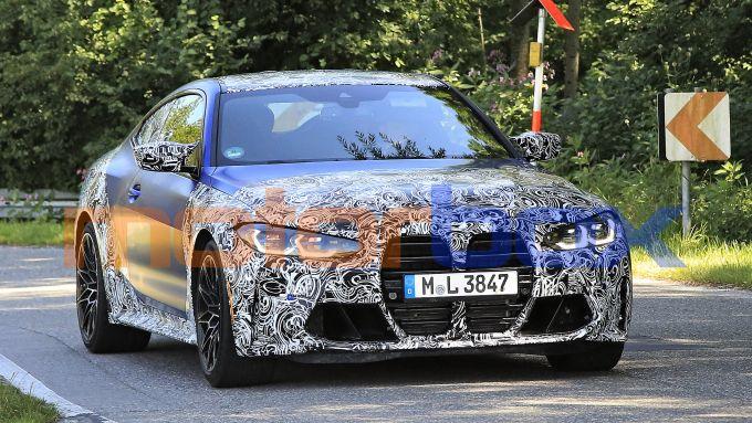 Nuova BMW M4 coupé 2020: la grande calandra verticale con listelli neri è un elemento di spicco dell'avantreno