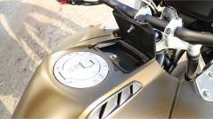 Nuova BMW R 1250 GS Adventure 2019: un comodo vano impermeabile per le piccole cose