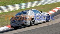 Nuova BMW Seri 2 Coupé: una vista di 3/4 da dietro ripresa durante le prove in pista