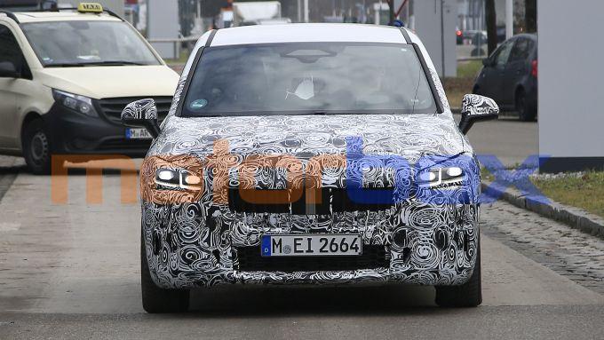 NUova BMW Serie 2 Active Tourer: fari a LED modificati e calandra più grande