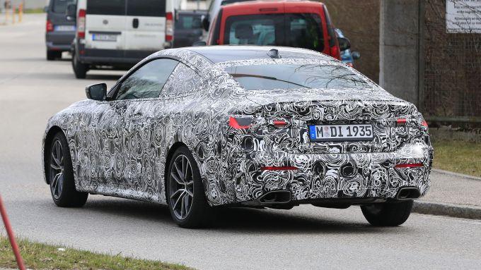 NUova BMW Serie 4 Coupé 2021: la coda mostra i fari a LED e le uscite dei tubi di scarico